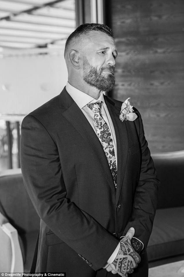 """Chú rể Scott đã không kìm được nước mắt khi chứng kiến cô dâu của mình """"hát"""" một bài tình ca không lời trong hôn lễ."""