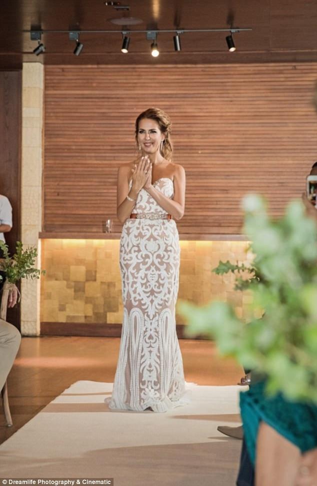 Elizabeth đã tự học ngôn ngữ ký hiệu để tạo nên món quà bất ngờ dành cho hôn phu trong ngày cưới.