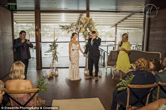 Hôn lễ giản dị được tổ chức vào cuối tuần qua với chỉ 45 vị khách, nhưng clip cảm động được ghi lại tại hôn lễ hiện đã lan truyền trên mạng xã hội Úc.