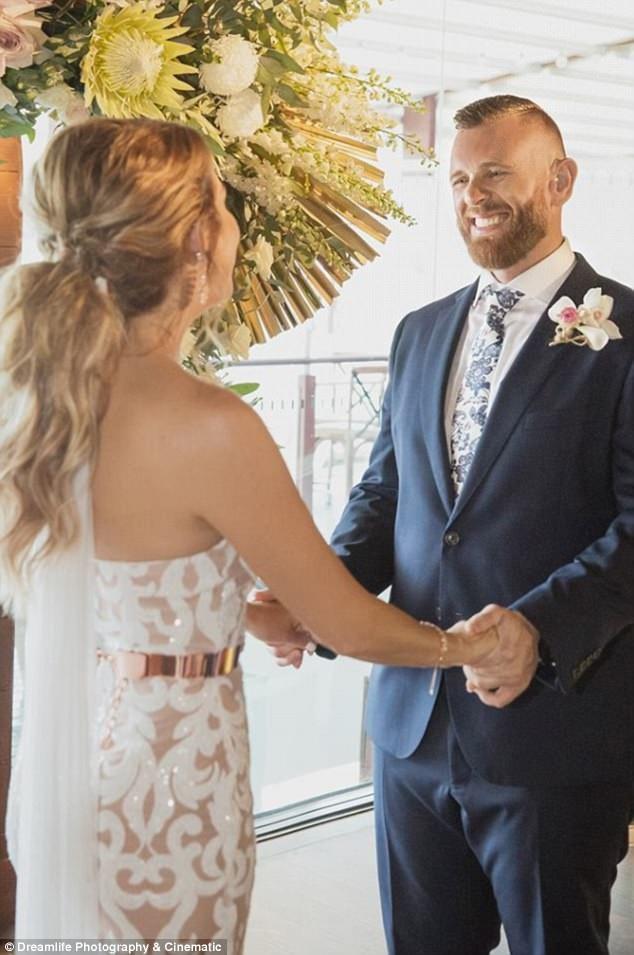 Món quà đặc biệt của cô dâu đã khiến chú rể rất xúc động.
