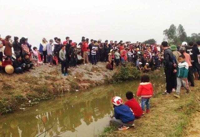 Rất đông người dân tập trung tại kênh nước, nơi được cho là có cá thần xuất hiện (ảnh Đức Hoàng)