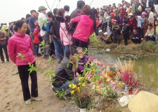 Người dân mang hương hoa ra... cúng cá thần (ảnh Đức Hoàng)