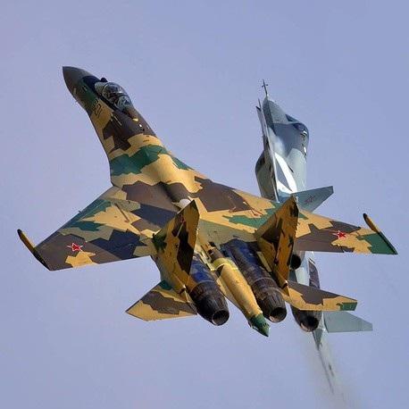 Máy bay chiến đấu Su-35 có thể đạt tốc độ tối đa lên tới 2.500 km/giờ và có thể bay liên tục 3.400 km mà không cần tiếp nhiên liệu. Trong ảnh: Máy bay chiến đấu Su-35 và Su-57. (Ảnh: TASS)