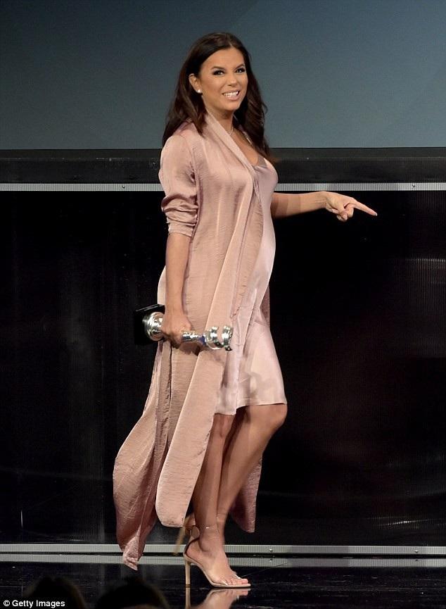 Nữ diễn viên 43 tuổi diện bộ váy màu nude, áo khoác và sandal cùng màu sành điệu