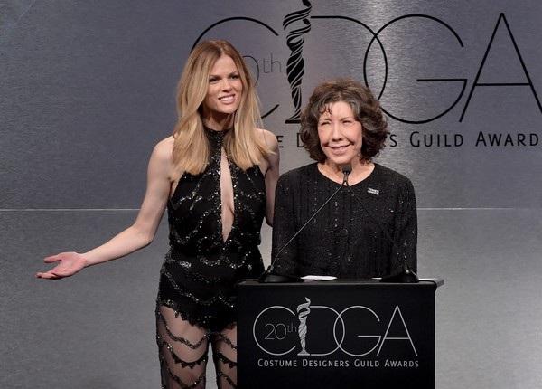 Người đẹp 30 tuổi sánh cùng nữ diễn viên Lily Tomlin trên sân khấu giới thiệu 1 giải thưởng