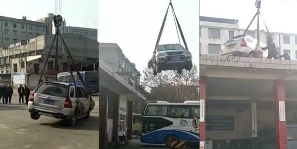 Chiếc xe SUV bị cẩu lên mái nhà vì đậu không đúng nơi quy định