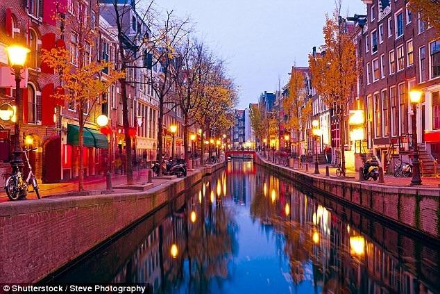 Khu phố đèn đỏ Hà Lan là điểm du lịch nổi tiếng thu hút nhiều khách tham quan (Ảnh: Shutterstock)
