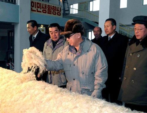 Cố lãnh đạo Triều Tiên Kim Jong-il đến thăm khu phức hợp vinalon 8 Tháng 2 ở Hamhung. Ảnh: REUTERS