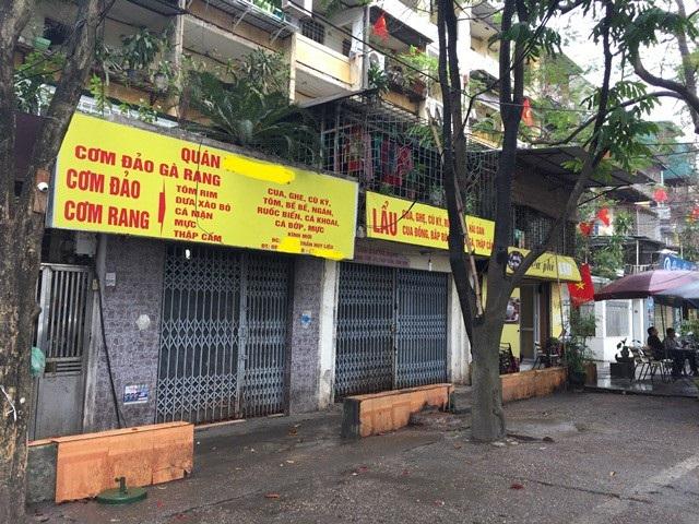 Hàng loạt quán ăn, cửa hàng vẫn đóng cửa khiến nhiều dân văn phòng chạy đôn đáo tìm chỗ ăn trưa