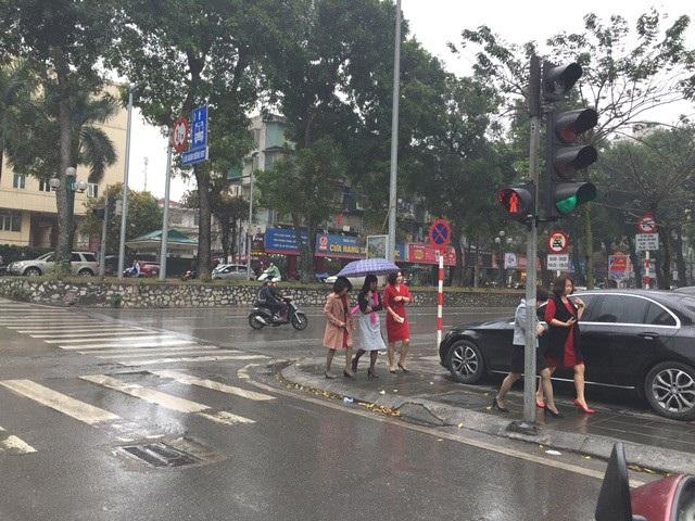 Nhiều chị em trong trang phục váy vóc cũng phải đội mưa đi tìm quán ăn