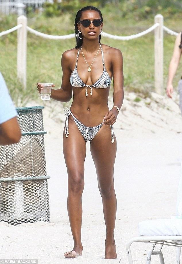 Người đẹp 27 tuổi - Jasmine Tookes tranh thủ đi nghỉ tại Miami. Cô diện bộ áo tắm hai mảnh khoe thân hình không ngấn mỡ.