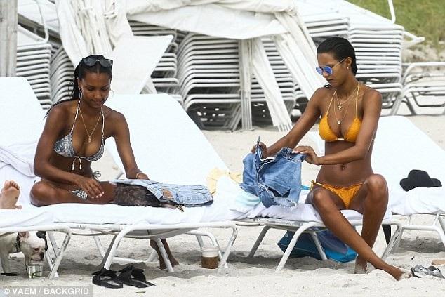 Hai người đẹp tuân thủ một chế độ ăn uống và tập luyện nghiêm ngặt để có được dáng vóc hoàn hảo như hiện tại.