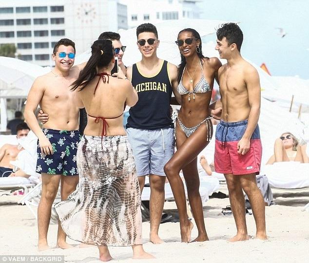 Jasmine chụp ảnh cùng fan trên bãi biển.