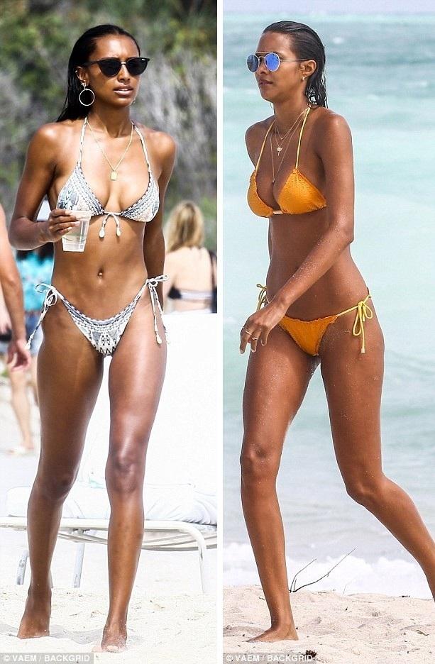 Hai người mẫu cùng tuổi sải bước đầy cuốn hút trên bãi biển.