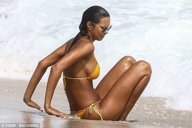 Thiên thần Victoria's Secret khoe dáng nóng bỏng trên bãi biển - 8