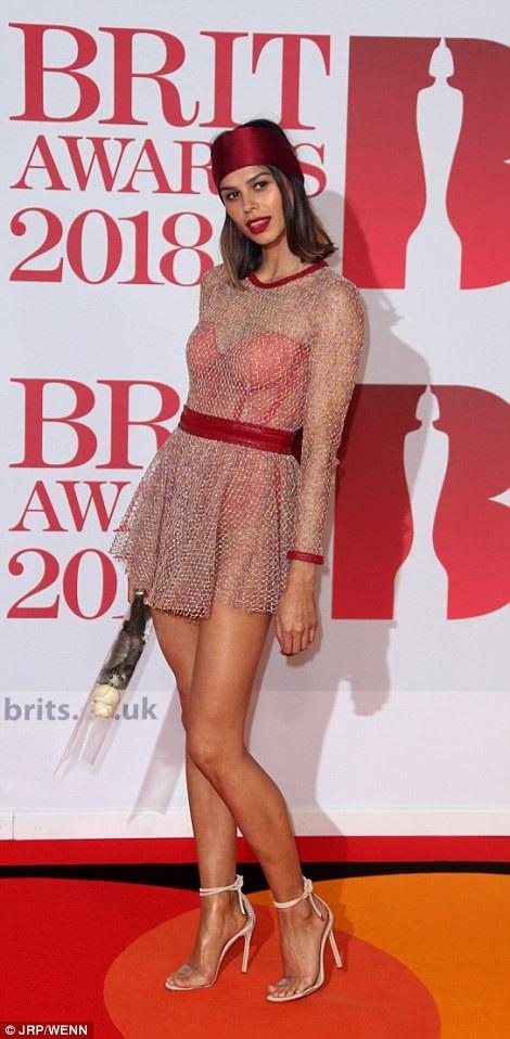 Katie Keight và bộ váy không sành điệu - kết hợp với mũ lệch tông