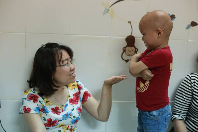 Lanh lễ phép chào bác sĩ Châu trước khi về Cao Bằng.