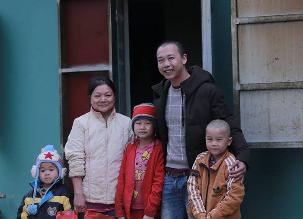 Anh Việt Anh cùng mẹ con bé Lanh trước ngôi nhà mới của gia đình em.