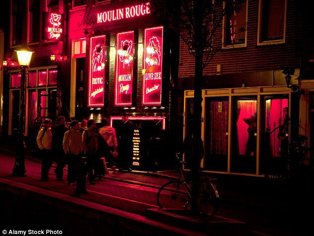 Các cô gái bán hoa ở Amsterdam luôn đứng sau những ô cửa kính trong suốt và ăn mặc kêu gợi để mời chào khách