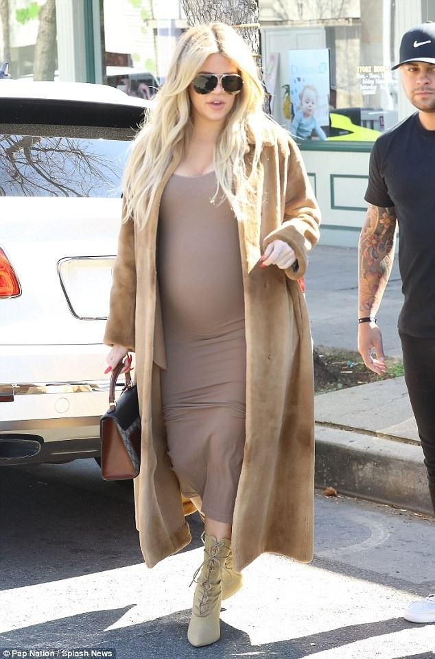 Khloe Kardashian nói cô không thích mặc đồ bầu nên vẫn chọn trang phục theo phong cách cô thích mặc hàng ngày