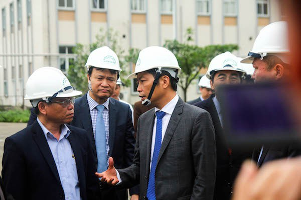 Bộ trưởng Công Thương Trần Tuần Anh trao đổi với lãnh đạo nhà máy đạm Ninh Bình trong chuyến thăm đầu năm mới...