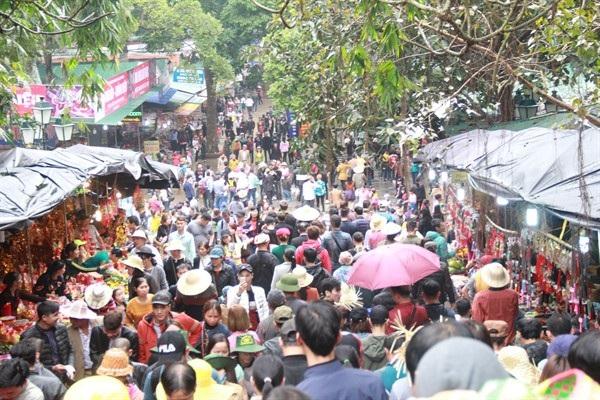 Người dân nô nức trẩy hội chùa Hương 2018. Ảnh: TL.