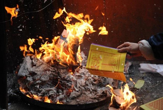 Giáo hội Phật giáo Việt Nam đề nghị bỏ tục hóa vàng mã tại các cơ sở thờ tự Phật giáo và các hình thức khác trái với thuần phong mỹ tục, văn hóa dân tộc và văn hóa Phật giáo Việt Nam. (Ảnh minh họa).