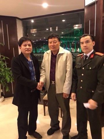 Công an Quảng Ninh bàn giao 2 chiếc nhẫn vàng trị giá 23.000 USD cho khách nước ngoài (ảnh QTV)