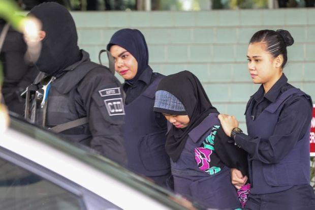 Nghi phạm Siti Aisyah bị áp giải tới tòa án ở Malaysia (Ảnh: Ahmad Zamzahuri)