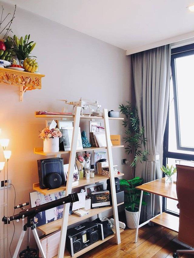 Mặc dù mới ở riêng nhưng nhà của BTV Mai Ngọc cũng khá nhiều đồ dùng. Các vật dụng được sắp xếp theo những góc riêng.