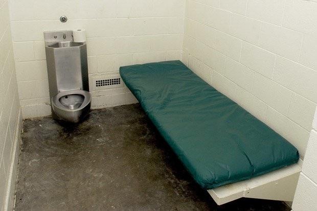 Nghi phạm Anh suốt 34 ngày không đi vệ sinh khiến các sỹ quan lúng túng.