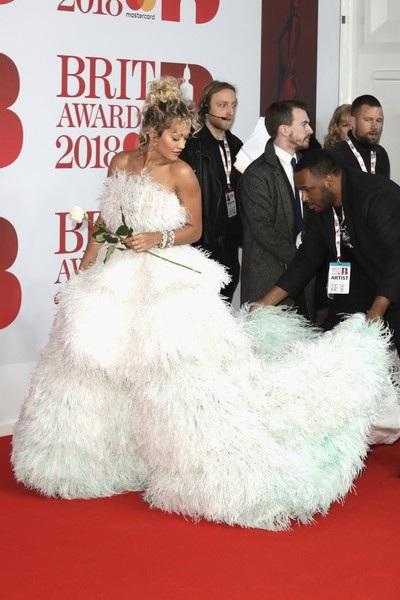 Cùng dwj kiện còn có ca sỹ 9X Rita Ora