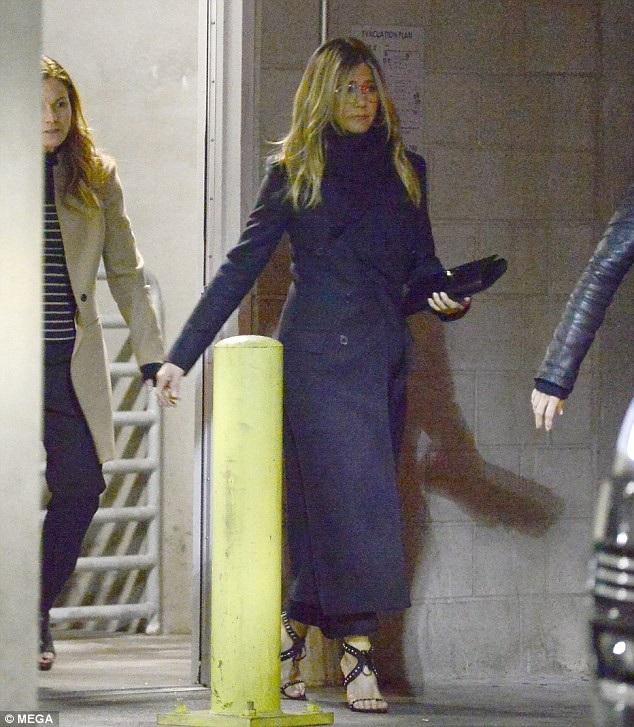 Jennifer Aniston buồn bã rời nhà hát TCL Chinese ngày 22/2 vừa qua, cô tới đây dự công chiếu phim của bạn thân Jason Bateman