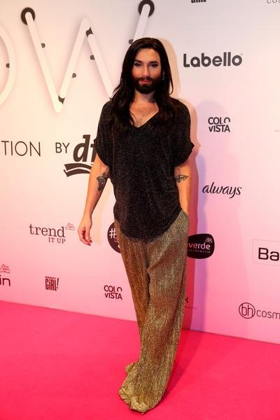 Wurst còn khá thành công khi tham gia trình diễn thời trang, viết tự truyện