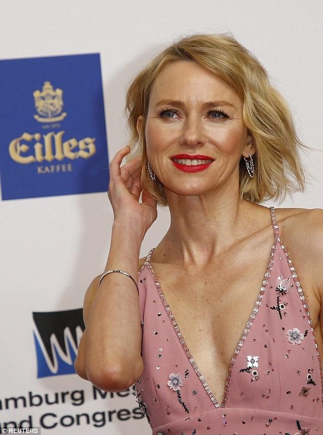Naomi Watts rạng rỡ dự một lễ trao giải điện ảnh diễn ra ở Hamburg, Đức ngày 22/2 vừa qua