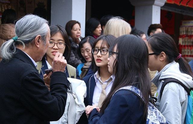 Nhiều bạn trẻ quan tâm đến hội thơ (Ảnh: Trọng Trinh)