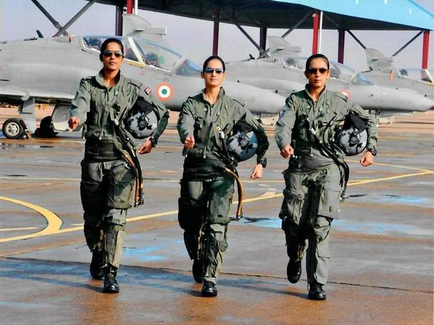 Để có thể trở thành nữ phi công lái máy bay chiến đấu, Avani Chaturvedi (giữa) đã trải qua quá trình học tập và huấn luyện rất vất vả. Avani đã hoàn tất chương trình đào tạo tại Học viện Không quân Hyderabad trước khi được ngồi vào buồng lái chính thức. (PTI)