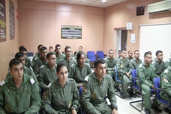 Trước khi Avani (giữa) được biên chế vào IAF năm 2016, quân nhân nữ chỉ chiếm 2,5% trong lực lượng vũ trang Ấn Độ và chủ yếu giữ các vị trí không liên quan tới chiến đấu. (Ảnh: News Minute)