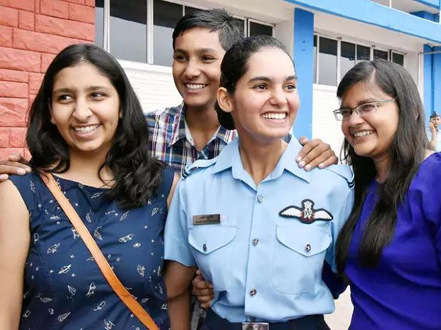 Sinh ngày 24/10/1993, Avani Chaturvedi được anh trai, vốn là một sĩ quan quân đội Ấn Độ, truyền cảm hứng trở thành một quân nhân. Avani từng nhận bằng cử nhân về công nghệ tại Đại học Banasthali hồi năm 2014. Trong thời gian học đại học, Avani tham gia câu lạc bộ bay và vượt qua kỳ thi của Không quân Ấn Độ. (Ảnh: Business Standard)