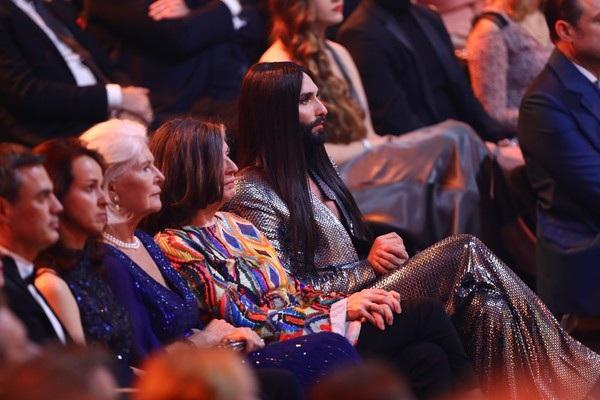 Conchita ngồi trên hàng ghế VIP dành cho các khách mời quan trọng