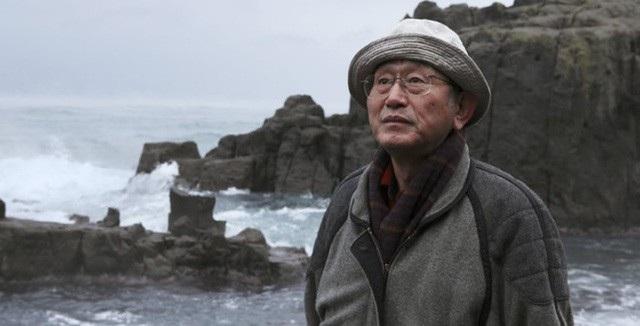 Ông Yukio Shige bên vách đá. (Ảnh: Oddity)
