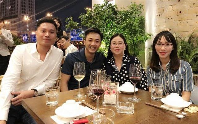 Đáng chú ý, ngay sau đó, Cường Đôla lại có cuộc gặp với gia đình Đàm Thu Trang tại TPHCM theo như hình ảnh mẹ ruột Đàm Thu Trang đăng tải.
