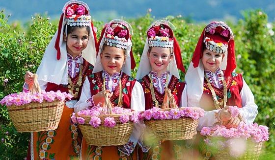 """Trong 4 ngày diễn ra lễ hội hoa hồng, sẽ có nhiều hoạt động nghệ thuật đặc sắc như bình chọn nữ hoàng hoa hồng; trình diễn thời trang áo dài, thời trang dân tộc Bulgaria; chương trình """"Bông hoa hồng nhí""""; nụ hôn lãng mạn nhất """"Kiss of rose""""; bình chọn cây hồng đẹp nhất..."""