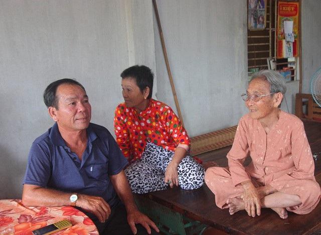 Ông Chóng đang nói chuyện với mẹ ruột của mình trong ngày đoàn tụ. (Ảnh: Phạm Tâm – Hà Nguyên)