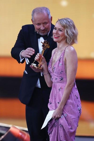 Naomi Watts tươi tắn lên nhận giải cho nữ diễn viên xuất sắc nhất.