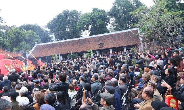 Hình ảnh người người chen chân đi hội thơ 2017.