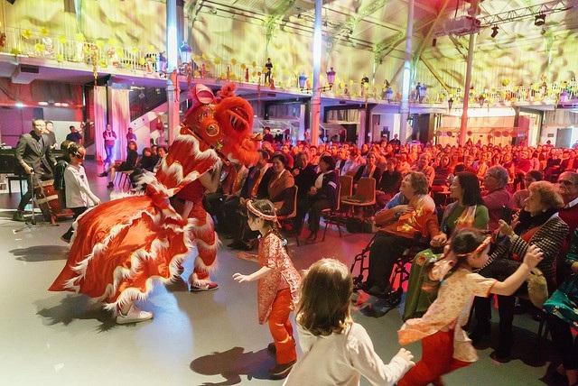 Đông đảo người xem theo dõi màn múa lân tại sự kiện Về Nguồn (Ảnh: UGVF)