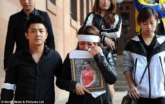 Người thân ôm di ảnh của nạn nhân Quyen Ngoc Nguyen bên ngoài Tòa án Newcastle ở Anh. Ảnh: Daily Mail