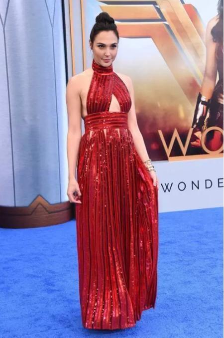 """Ra mắt bộ phim """"Wonder woman"""" hồi hè năm ngoái, Gal Gadot cũng đã có cơ hội """"trình làng"""" một bộ váy đỏ tuyệt đẹp với thiết kế vừa phá cách vừa gợi cảm, giống như chính tinh thần tiên phong cho nữ quyền của nữ siêu anh hùng Wonder woman trên màn ảnh"""