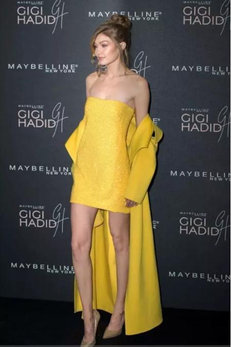 """Trong năm qua, Gigi Hadid đã vô số lần khiến người hâm mộ """"điêu đứng"""" nhưng màn tỏa sáng ấn tượng nhất của chân dài 9x chắc chắn phải kể đến dịp tham gia sự kiện ở London với bộ trang phục vàng óng, vừa rực rỡ vừa kiêu sa"""